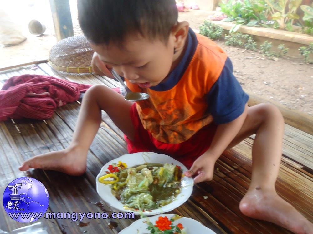 Anak saya ' Gigin ' sedang makan soto sendiri