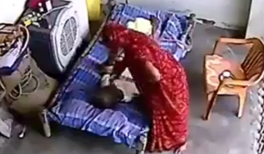 وضع كاميرا فى غرفة أبيه المريض ليطمئن عليه ... فاكتشف !!