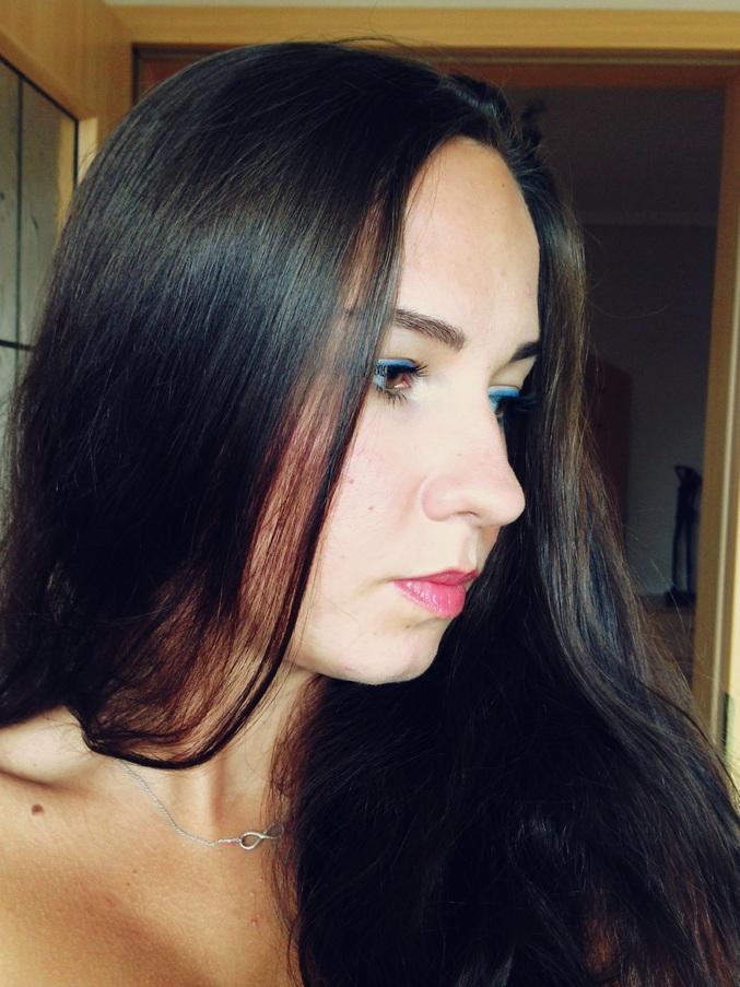 Letni makijaż z niebieską kreską / Podkład mineralny Lily Lolo