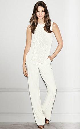 look eventos pantalón blanco y blusa volantes