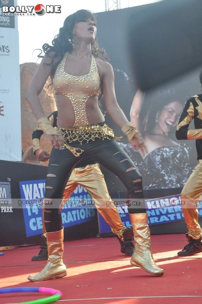 Veena Mallik Water Kingdom 8 - (8) -  Veena Malik Hot Dance Pics at Water Kingdom