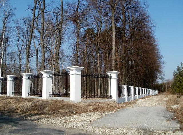 Giełzów, nowe ogrodzenie wzdłuż drogi bocznej. Foto. Paweł Kałwiński.