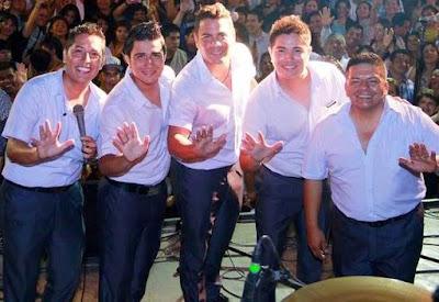 Grupo 5 posando en concierto
