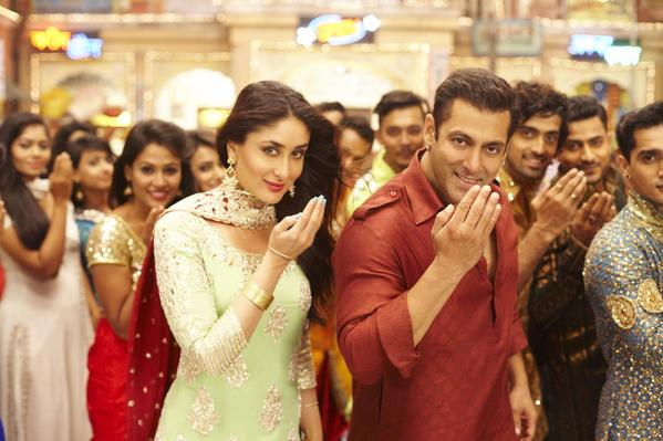 Revealed First look of Salman Khan and Kareena Kapoor in Aaj ki Party Meri Taraf se song from Bajrangi bhaijan! Exclusive video poster About Salman khan and kareena kapoor Eid song.                     song lyrics are Aaj ki Party mere taraf se Eid Mubarak Eid Mubarak.Salman khan and kareena kapoor bajrangi bhaijan all set to kick up a storm at the box office this Eid
