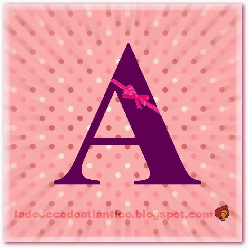 """Banner quadrado com fundo rosa pontilhado com uma letra """"A"""" ao meio"""