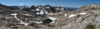 Blick zurück auf das Gelände zwischen Bighorn und Shout-of-Relief Pass