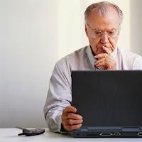 Foto de un hombre usando la computadora.