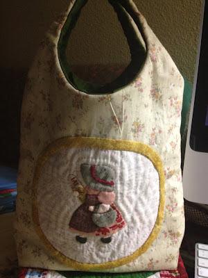 Os doy una idea muy chula, una bolsa con muñeca Sunbonntet para cuando vamos por el pan. Como todas sabéis las bolsas hay que  pagarlas. Bueno, como regalo esta genial, ahora que vienen las Navidades.
