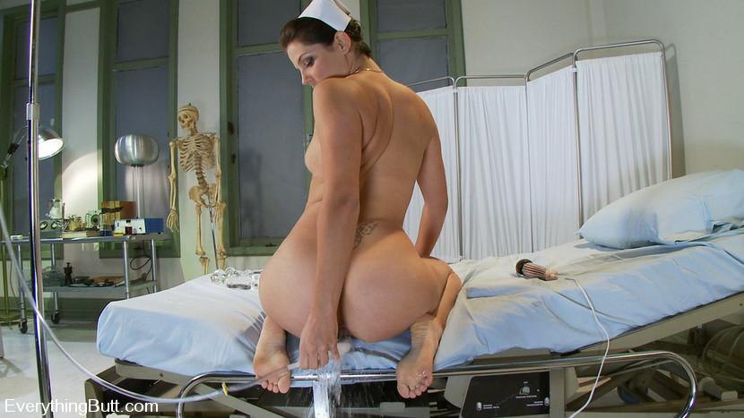 медсестра ставит клизму фото