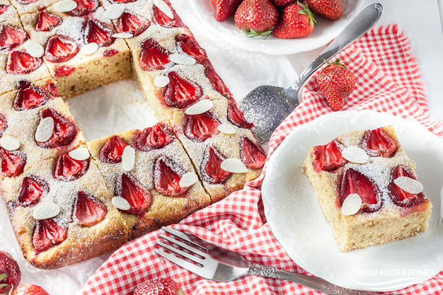 ciasto z truskawkami, ciasto z owocami, ciasto na serku, ciasto na serkach, szybkie ciasto z owocami, wilgotne ciasto z owocami, truskawki, serek kremowy arla, kraina miodem płynąca