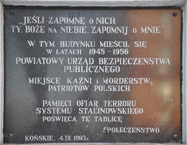 Końskie, tablica upamiętniająca miejsce kaźni i morderstw patriotów polskich, umieszczona na byłym budynku Powiatowego Urzędu Bezpieczeństwa Publicznego. Fot. KW.