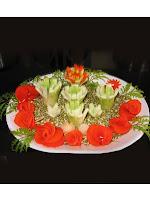 Салата от грах с украса рози от домати и краставици