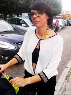 Foto Laura frontale con orecchino asimmetrico giallo fluo