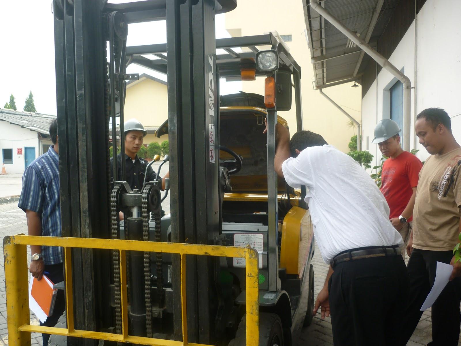 Peserta pelatihan melakukan inspeksi dan checklist terhadap mesin