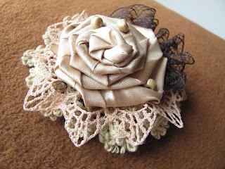 брошь ручной работы,  брошь, брошь цветок, Бижутерия, аксессуары, цветы, цветы ручной работы, купить брошь, брошка, брошка из ткани, брошь ручной работы, красивая брошь, брошки, оригинальный подарок, ажурная брошь, подарок девушке женщине, брошь атласная, цветочная брошь, брошь в форме цветка, текстильная брошь