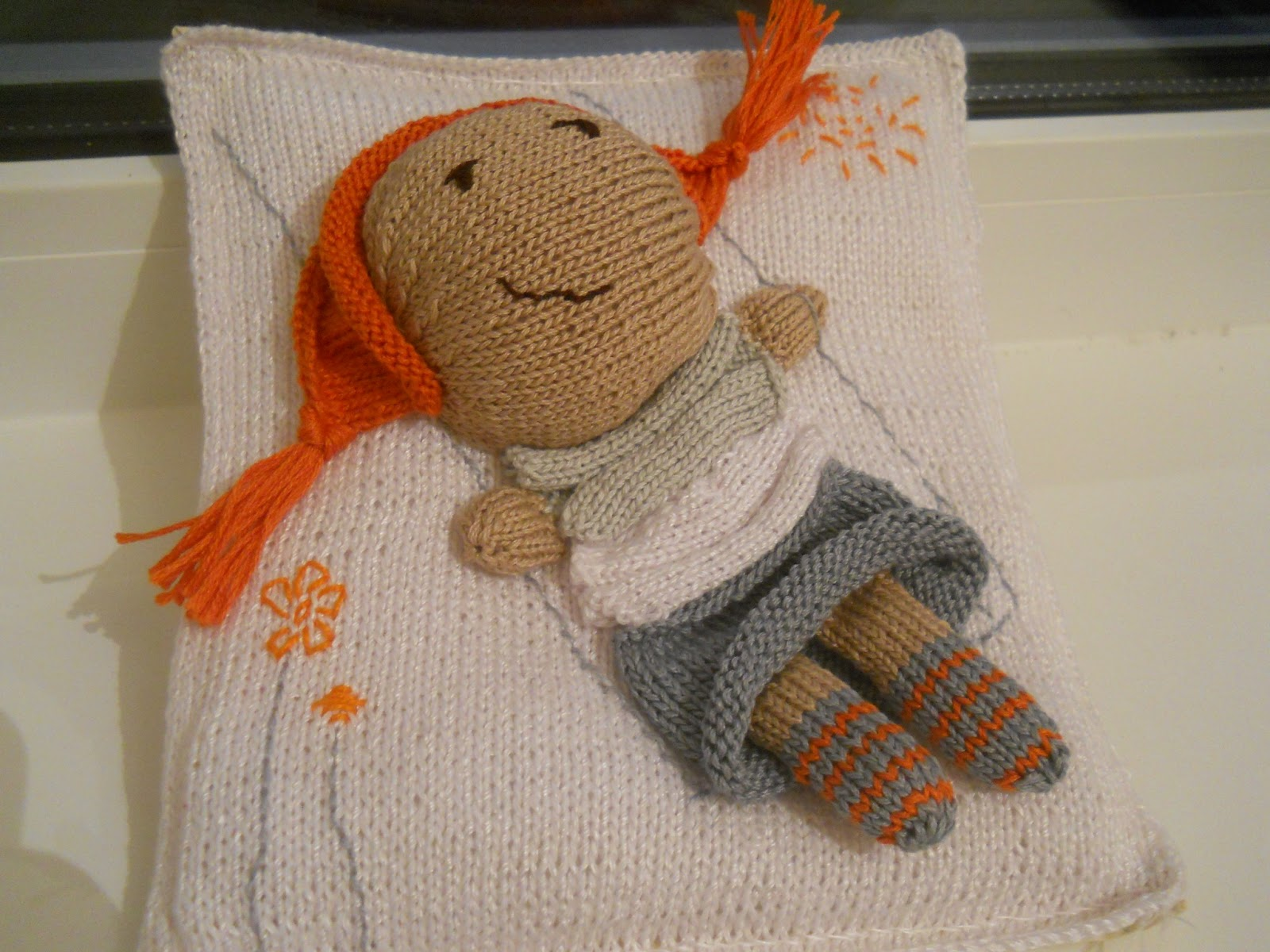 Вязаное панно Девочка на качелях