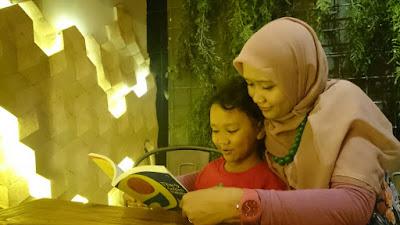 Mengenalkan buku pada bayi