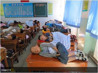 Κοιμούνται πάνω στα θρανία