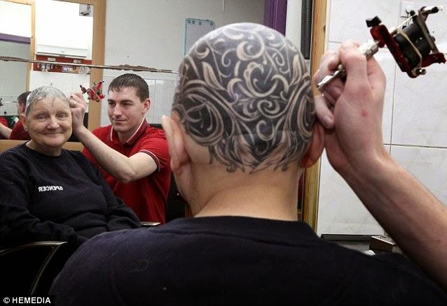 Ann McDonald Kehilangan Rambut, Nenek Tutupi Kepala dengan Tato