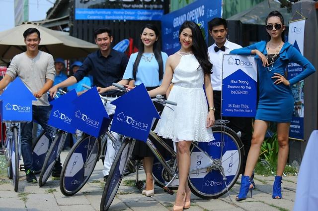 Dàn mẫu tạo dáng bên xe đạp thân thiện của beDékor