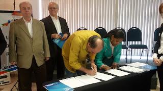 secretário Ronaldo Fialho assina o documento que confirma a participação e autoriza a realização das pesquisas em Teresópolis