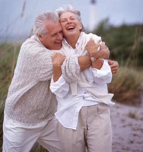 пожилая пара обнимается