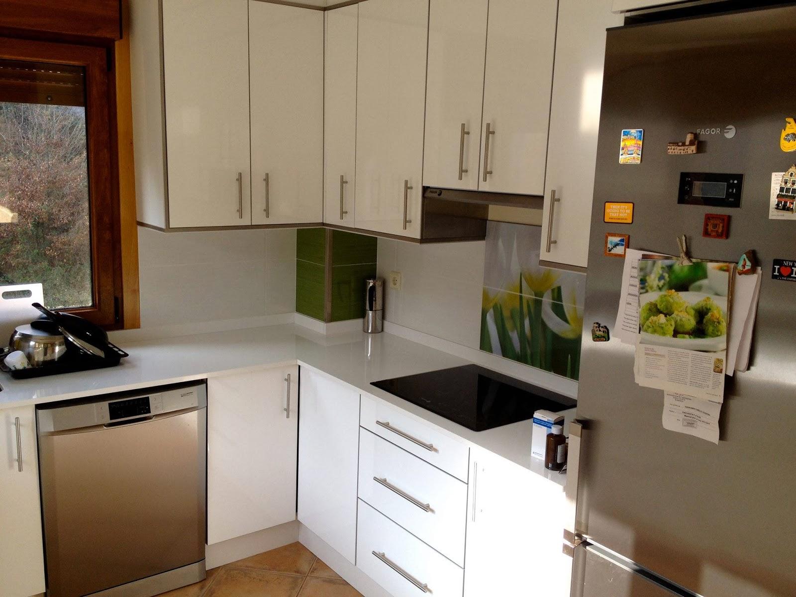 Cocina con puertas blancas de la gama alto brillo con 4 - Cocinas blancas brillo ...