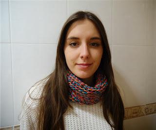 Julia con su cuello de tonos tostados
