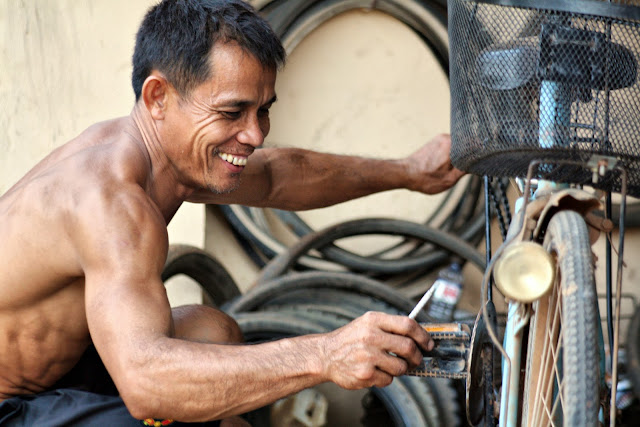 Clichés d'un réparateur de motos travaillant dans son atelier situé dans un petit village entre Kompong Tom et Phnom Penh.