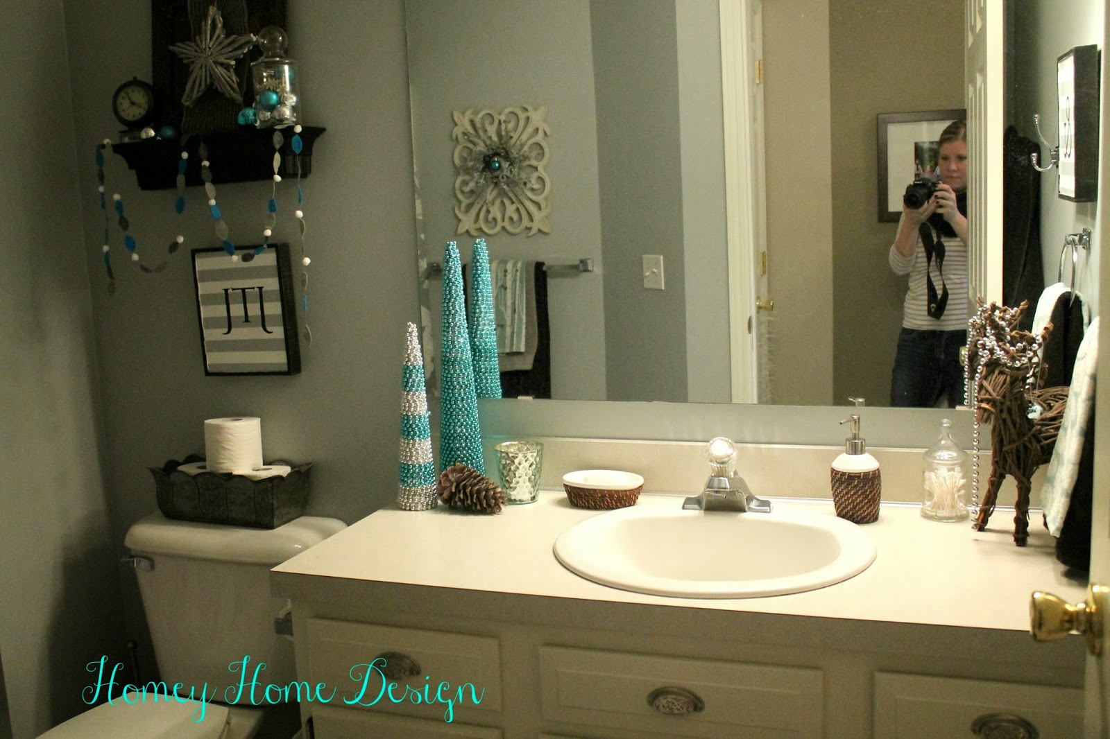 Homey home design bathroom christmas ideas for Decorated bathrooms photos