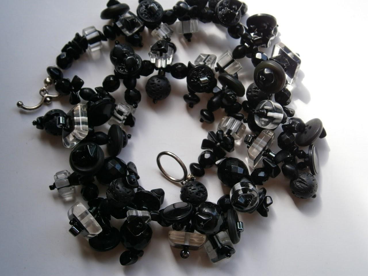 http://de.dawanda.com/product/63986167-schwarz-klare-KetteKnopfkette-art-deco-Lava