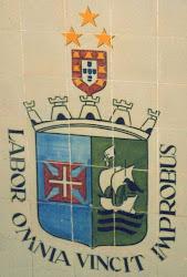 Escudo de S. Vicente (época colonial). Parede da escadaria do edifício dos Paços do Concelho