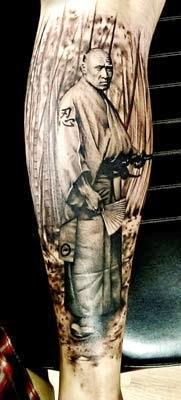 fotos de tatuagens de samurai oriental no braço