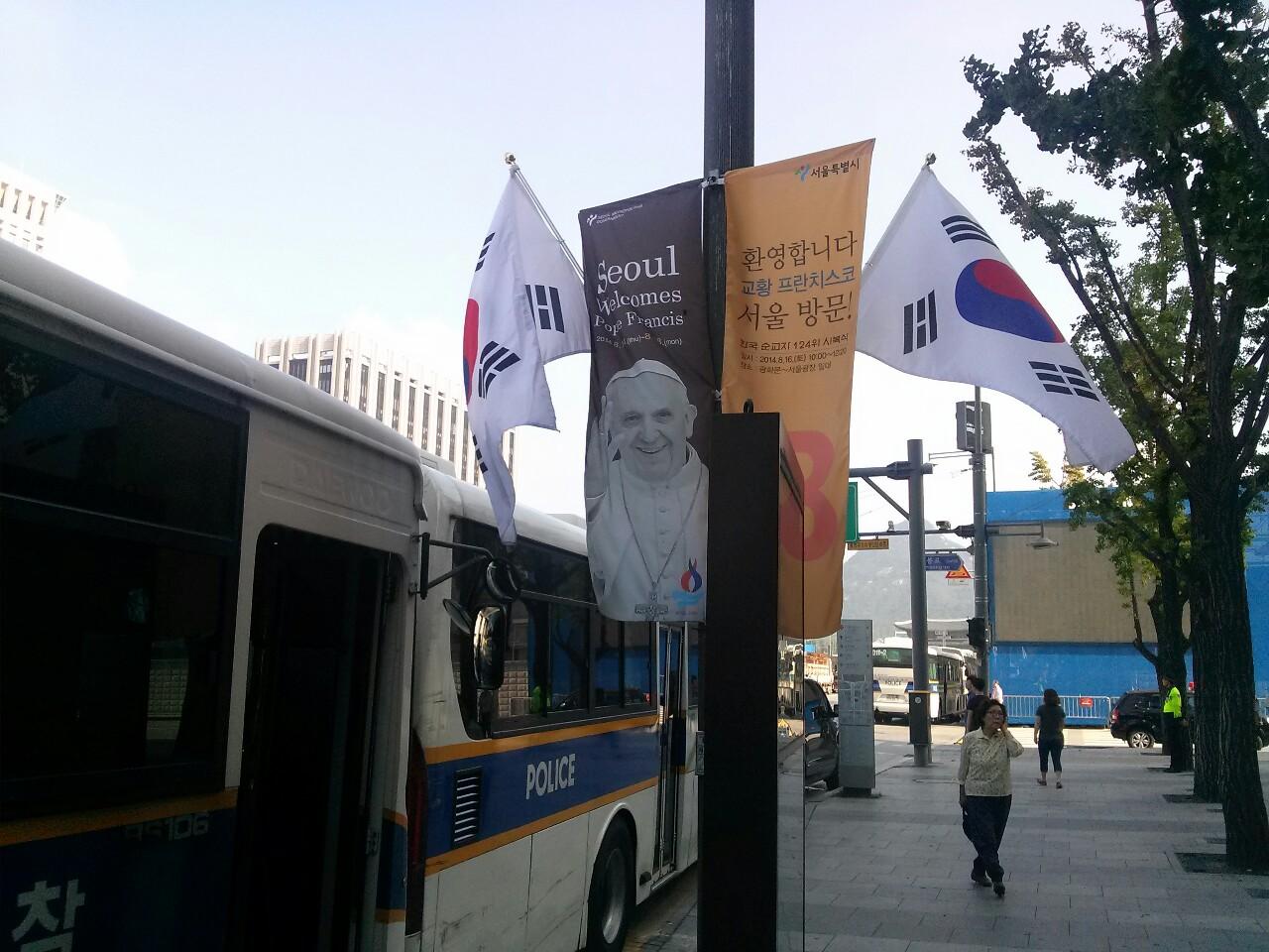 Banderas coreanas y carteles del papa Francisco en Gwanghwamun de Seúl