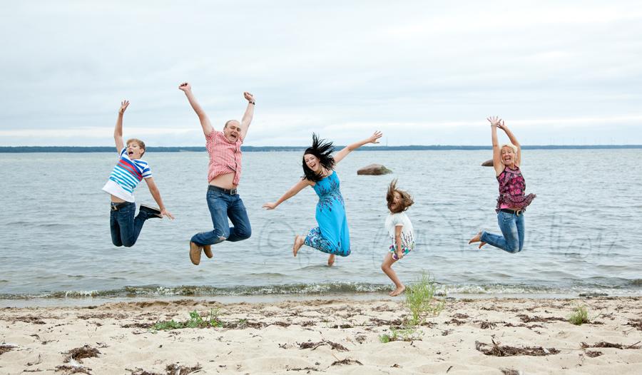 perekond-hyppab-rannas