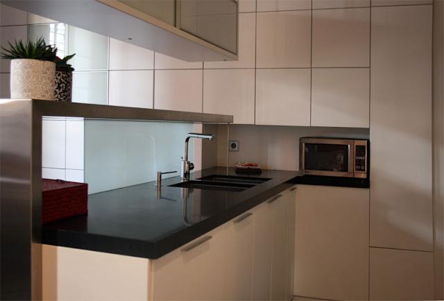 Reforma interior de un apartamento minimalista en blanco y for Enseres para cocina