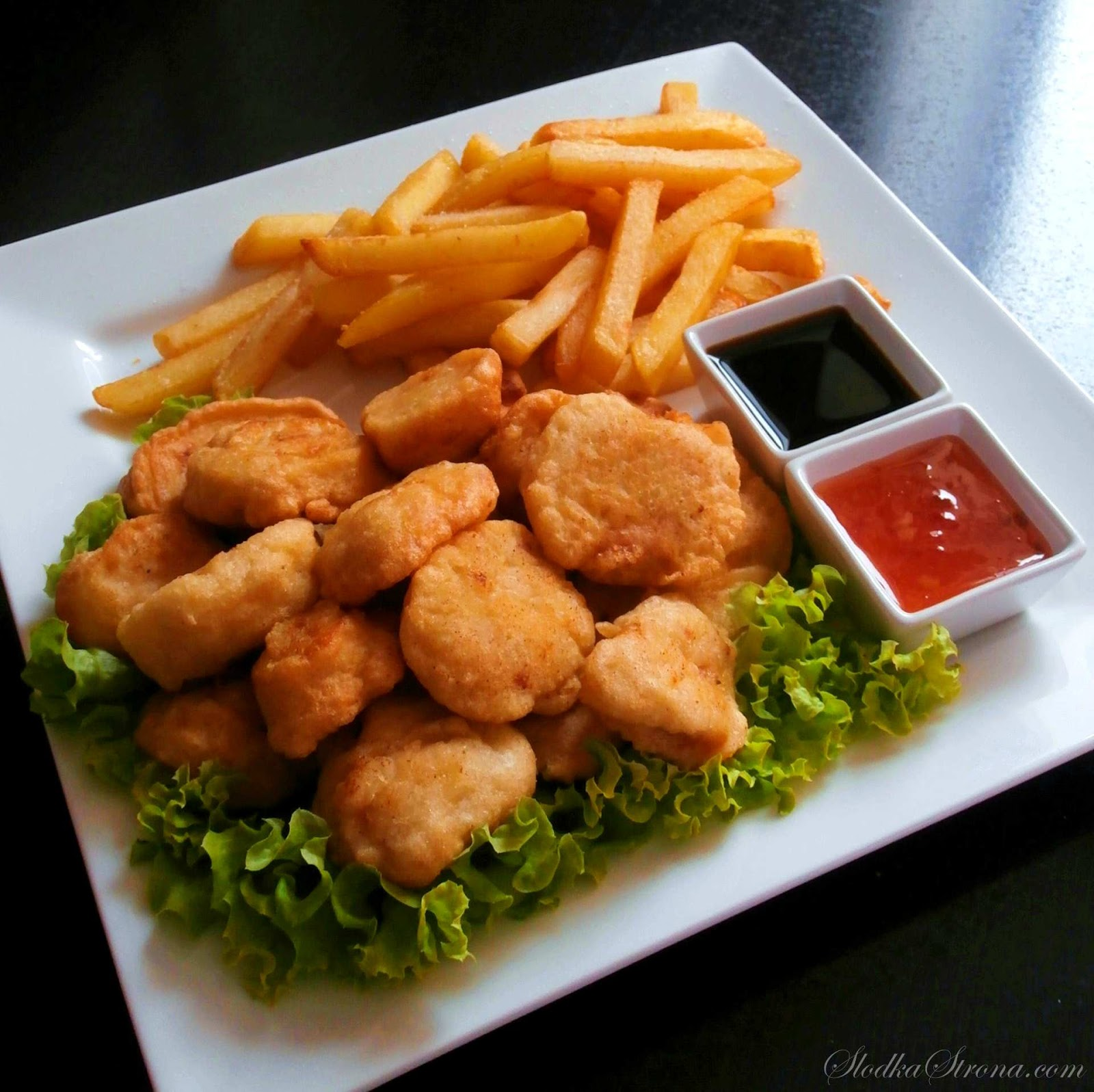 kawalki kurczaka w ciescie z frytkami, sosem sojowym i sosem slodko kwasnym