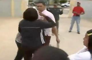 """VIDEO – Profesores se van a los puños por supuesto """"maltrato"""""""