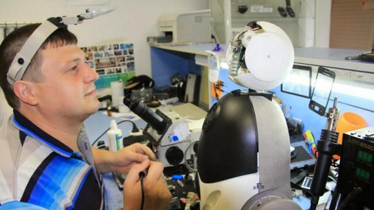 أب من كراسنويارسك السيبيرية يصنع روبوتا لابنته يعمل حاضنة ويتكلم عدة لغات