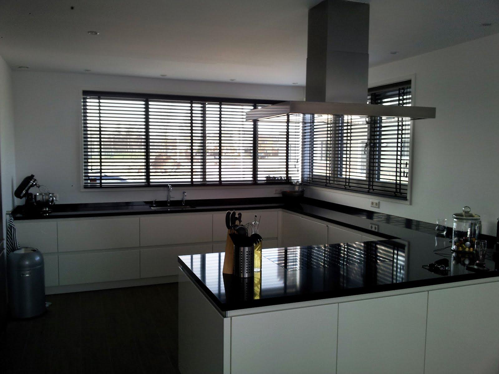 Raamdecoratie op maat zwarte houten jaloezie n in de keuken - Zwarte houten keuken ...