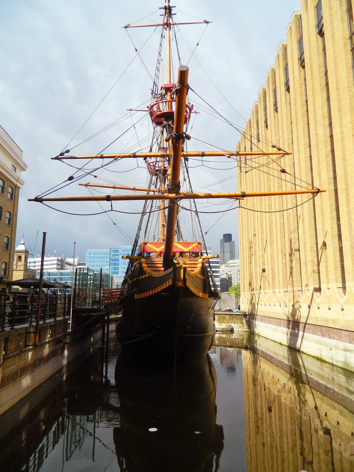 pirate ship london between buildings sails surpass