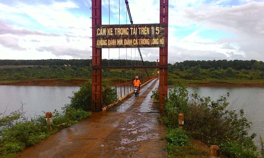 Gia Lai: Nguy hiểm chực chờ ở cầu treo thị trấn Chư Prông