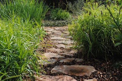 Садовая дорожка из песчаника (бутового камня)