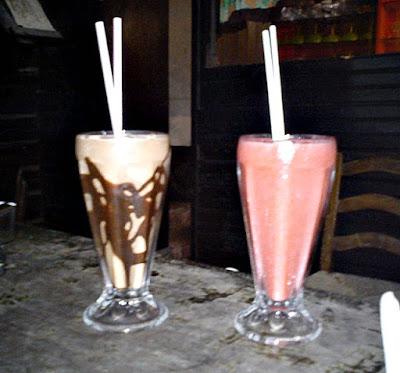 Chalezinho Jardim de Alá: O Milk Shake com Mousse de Chocolate e o Suco de Morango
