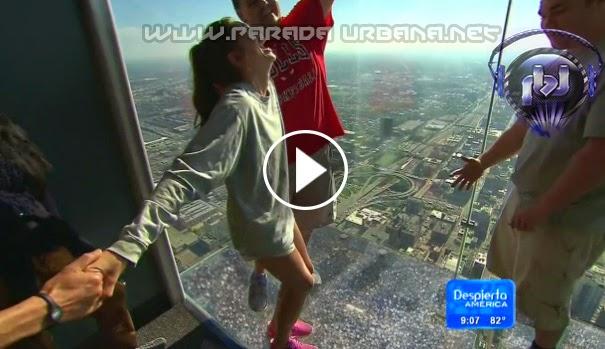 VIDEO - Turistas se sintieron al borde del abismo, al romperse el piso de cristal de un rascacielo de Chicago EEUU