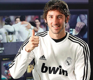 Esteban Granero with the Real Madrid shirt in an interview