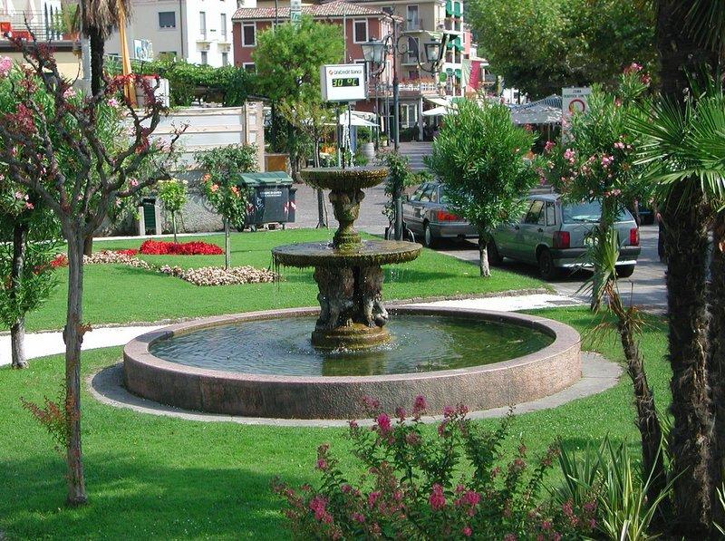 http://commons.wikimedia.org/wiki/File:Fonatana_Garda.JPG