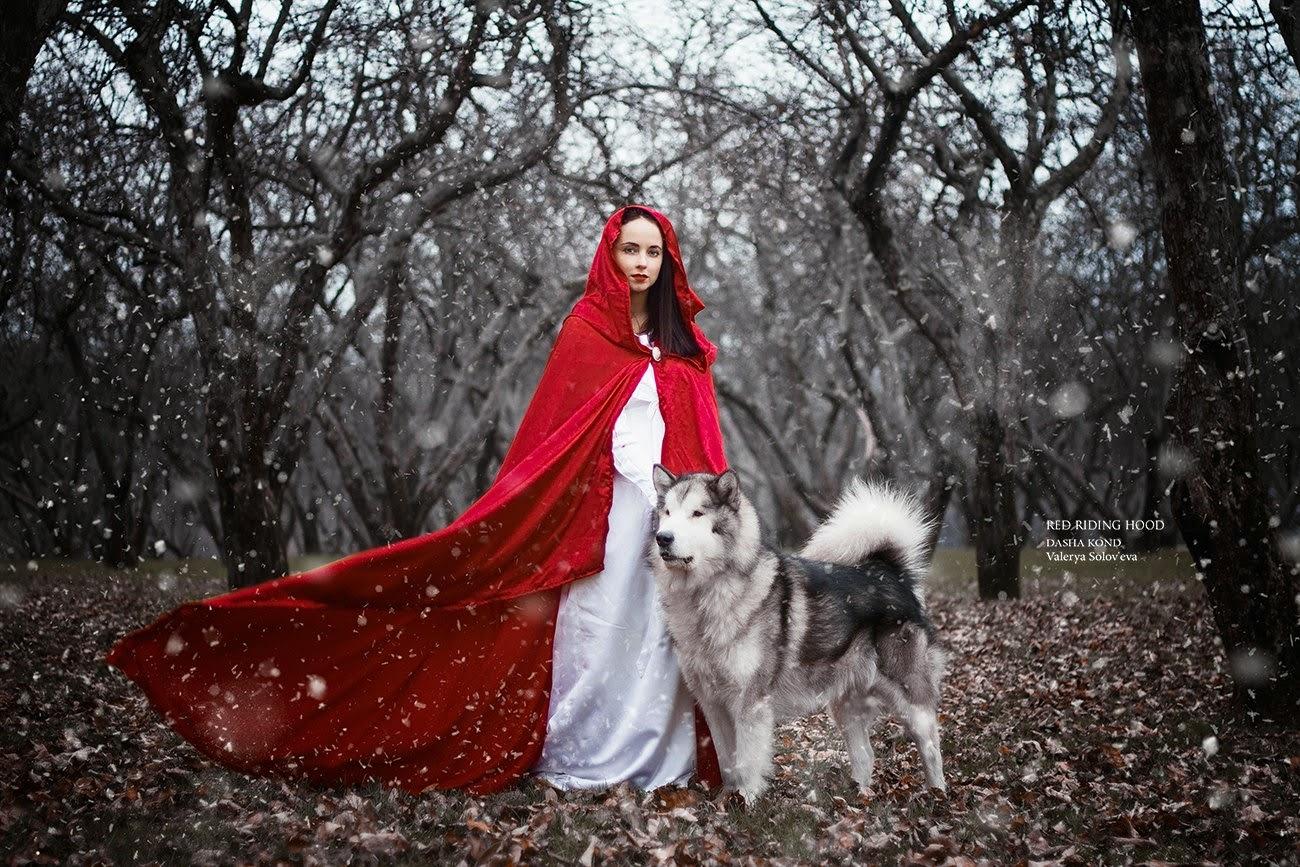 femme brune en chaperon rouge avec un loup  par Dasha Kond