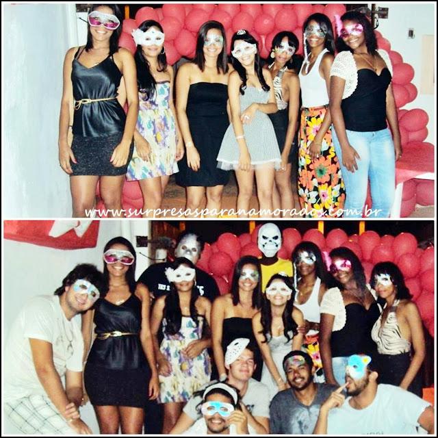 convidados mascarados na festa