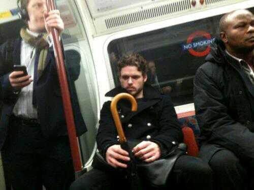 Robb stark el rey en el norte viaja en metro - Juego de Tronos en los siete reinos